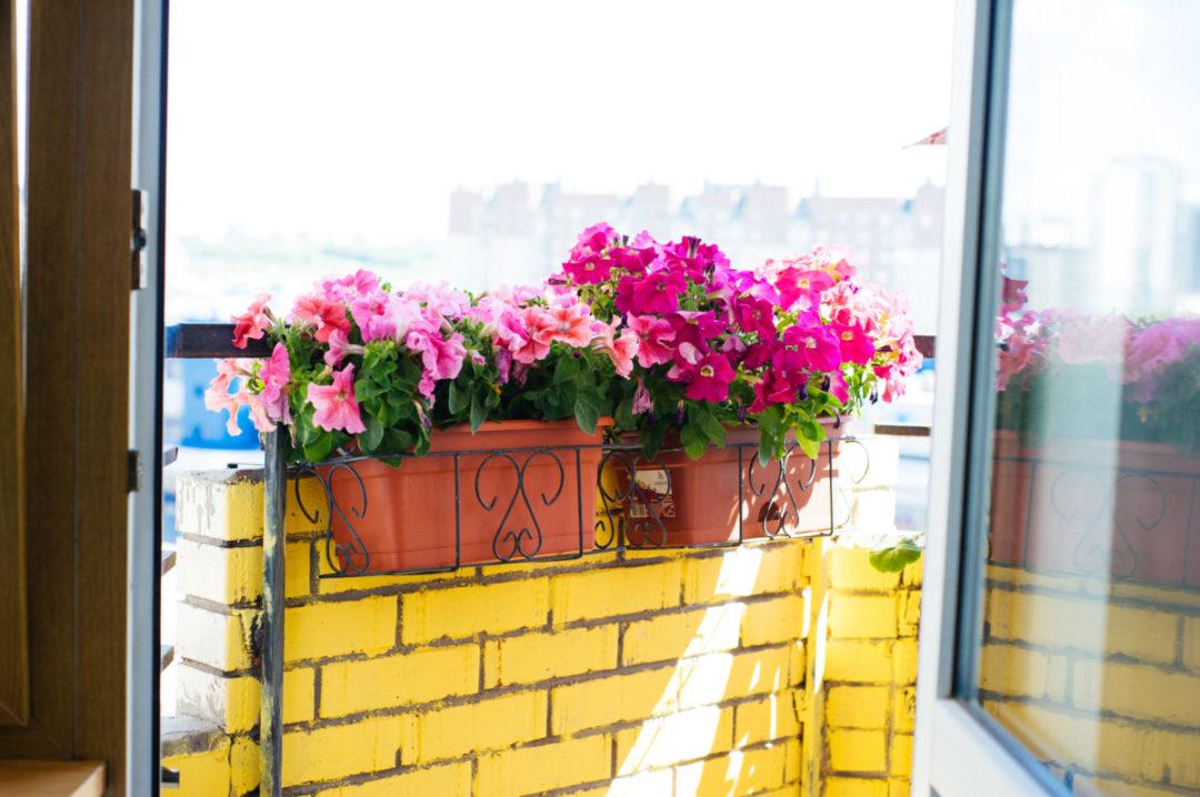 Дом с балконом из жёлтого кирпича. В гостях у Лены