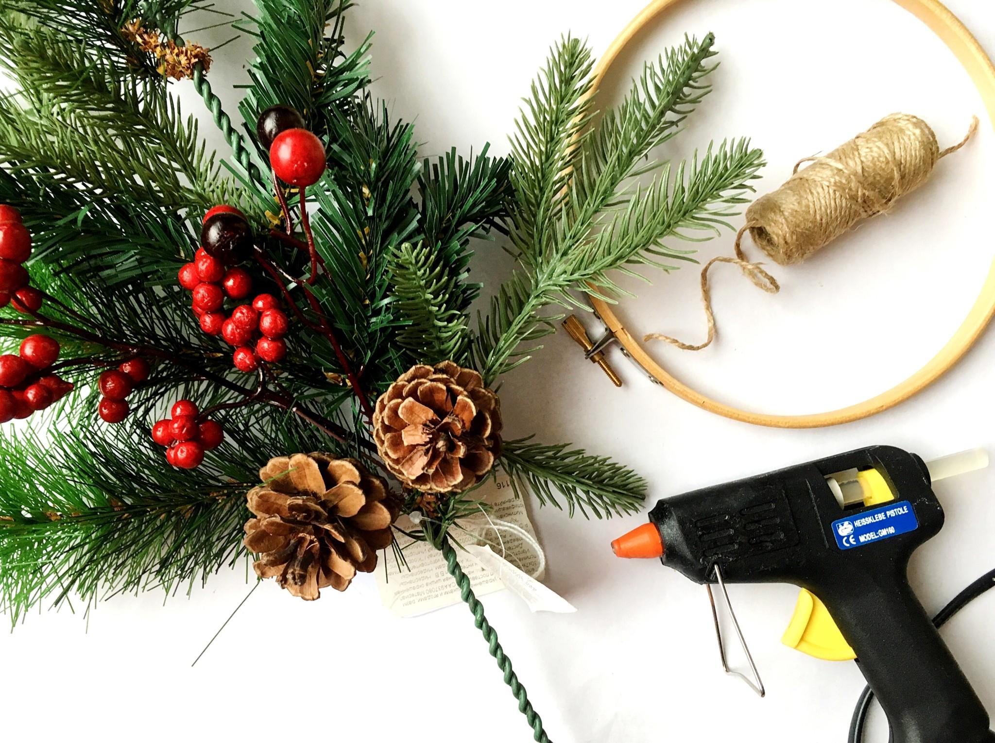 hometocome-kak-sdelat-rozhdestvenskii-venok-svoimi-rukami-01 Простой рождественский венок своими руками